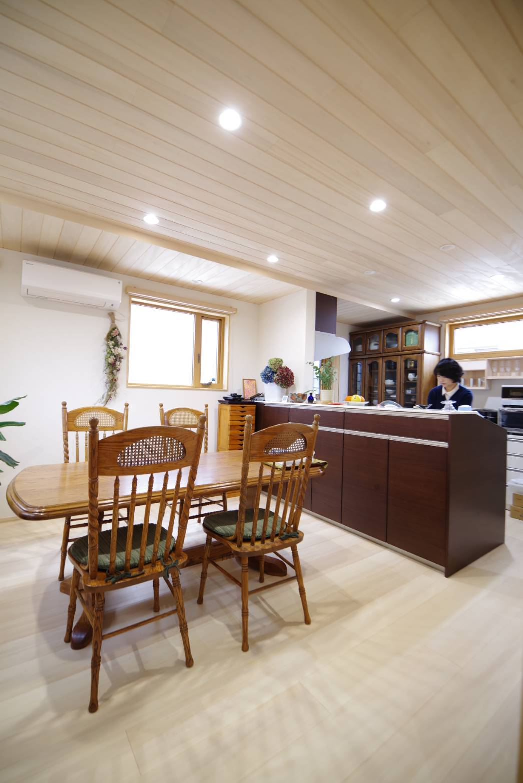 <p>天井にももみの木を貼ることで、湿度が高い梅雨も気分良く調理ができます。<br />ダウンライトで照明器具のお掃除を省き、家事ラクです。</p>