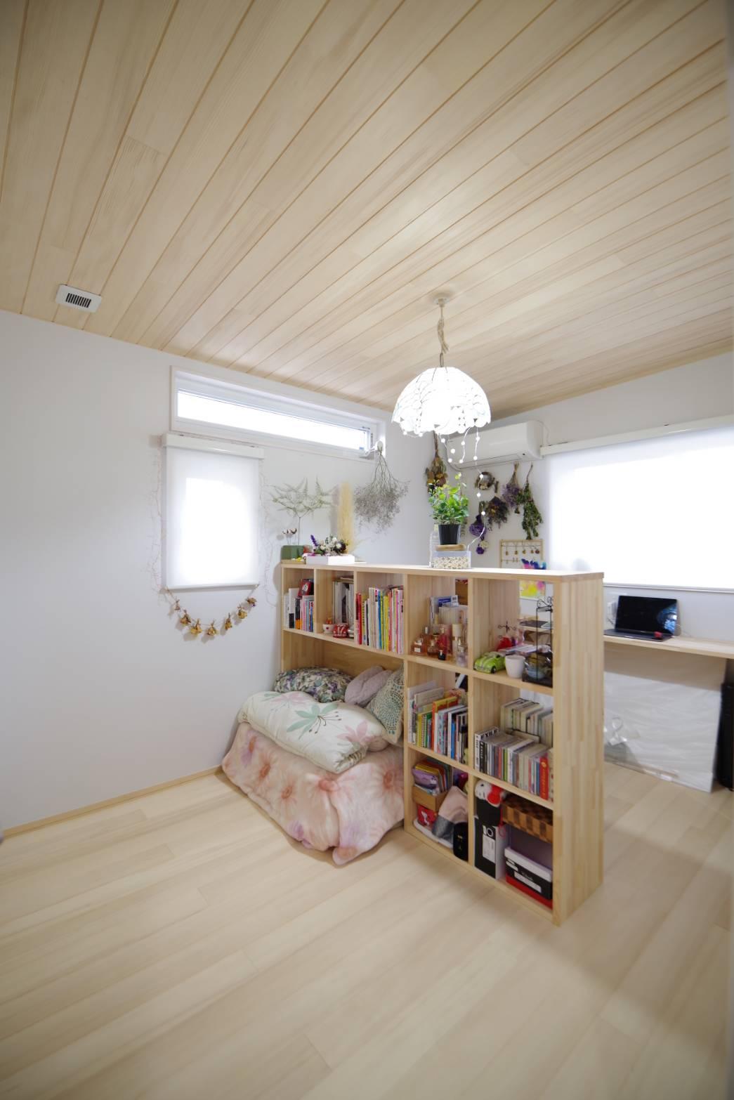 <p>ベッドはこれから。<br />もみの木の内装は可愛い部屋にも。</p> <p>棚と造作机は自由に設計。</p>