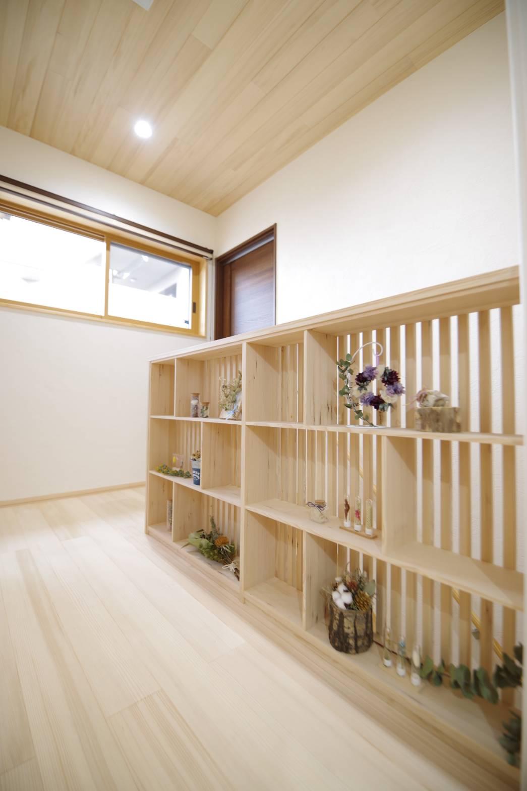<p>2階の階段腰壁には飾り棚を。<br />本の収納もできます。</p>