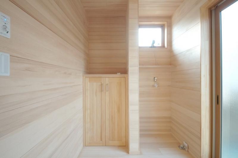 <p>洗濯室も、もみの木の調湿効果で湿度が高くならないように。</p>