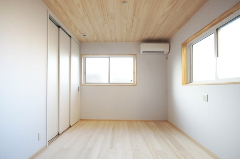 <p>樅の木の内装材以外は白に統一。<br />壁も紙クロスできれいな空気に。</p>