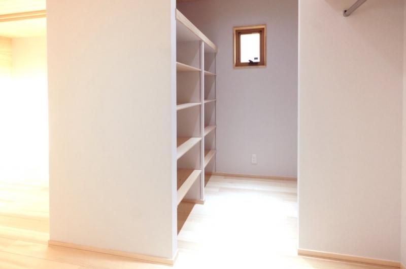 <p>寝室のウォークインクローゼットの棚をもみの木で。カビの発生を防ぎます。</p>