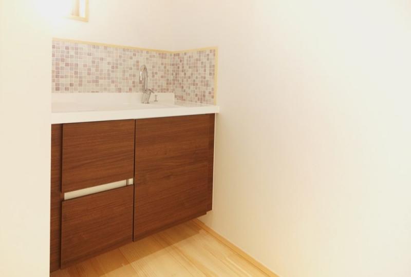 <p>2階寝室に作った手洗いスペース。<br />トイレは将来追加設置できるようにしています。<br />今は1階だけで充分との家族の考え。無駄な掃除の手間が省けました。<br />家族で相談の価値有り。</p>