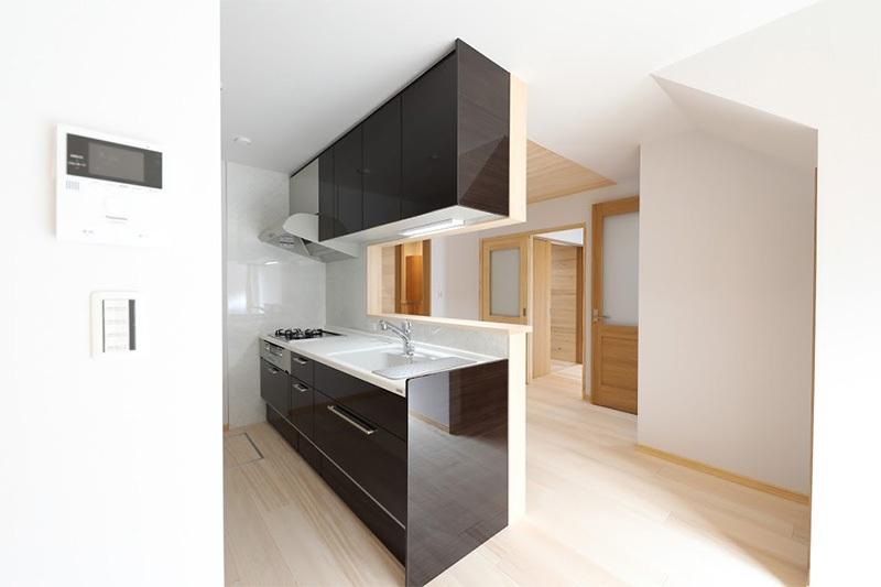 <p>限られたスペースで家具や収納配置をし、空間を有効活用。<br />壁はドイツの紙クロス。重ね塗りメンテで、貼替無いのでエコで空気も汚さない。</p>