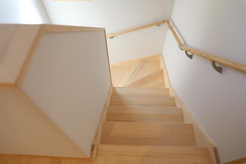 <p>もみの木の階段材。<br />浮造り加工なので、滑りにくく、安全に利用していただけます。</p>