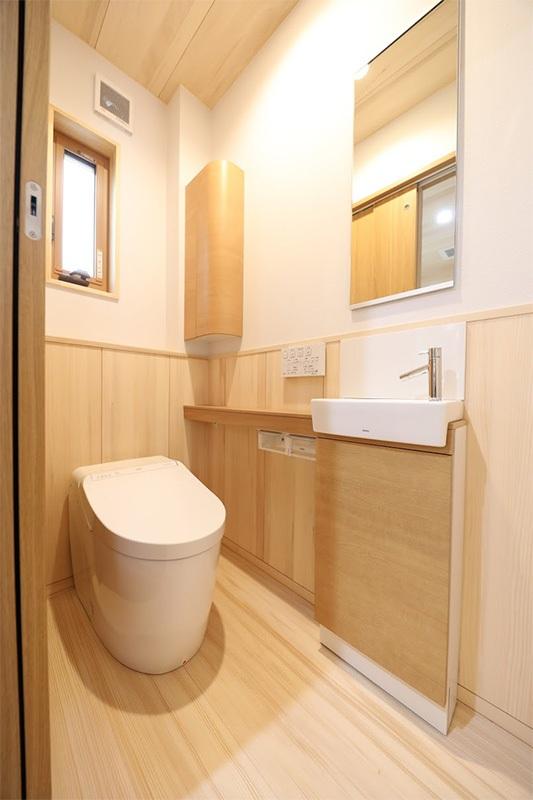 <p>1階トイレはタンクレスを採用。<br />もみの木の内装材は、水拭きのお掃除でいい感じ。</p>
