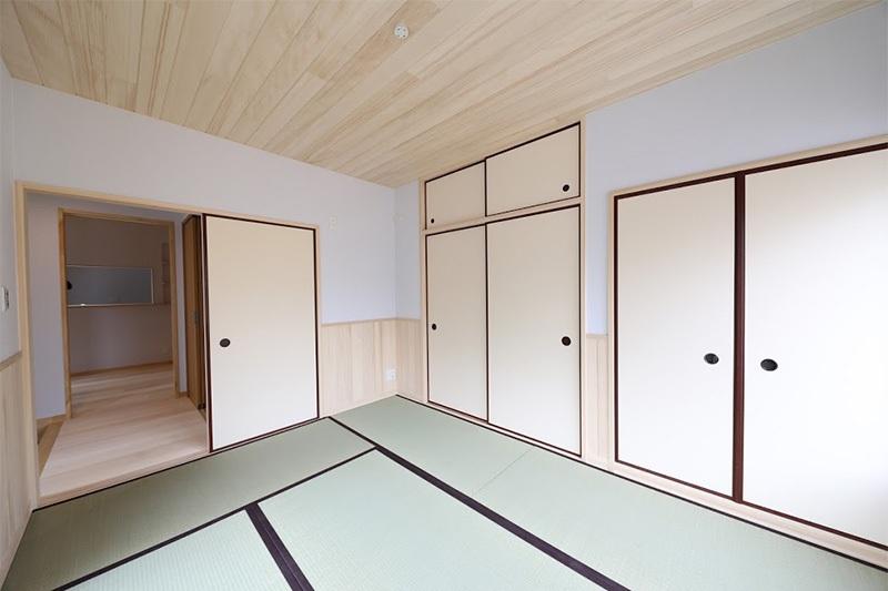 <p>畳の部屋も一部屋ほしいとのご希望でした。<br />腰壁と天井に樅の木を採用。</p>
