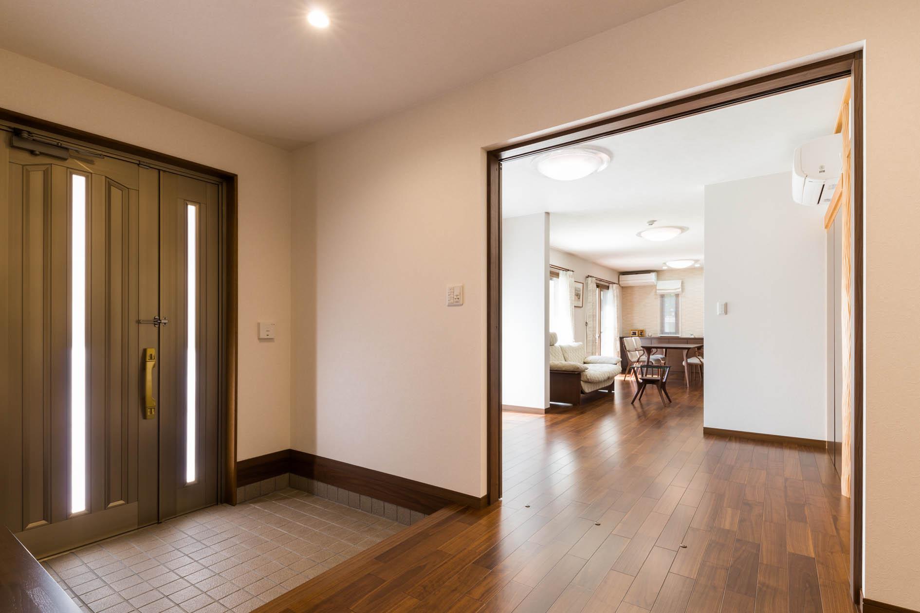 <p>1階をウォールナット色にリノベーション。<br />平屋のように過ごせる、ゆとりの住まいです。</p>