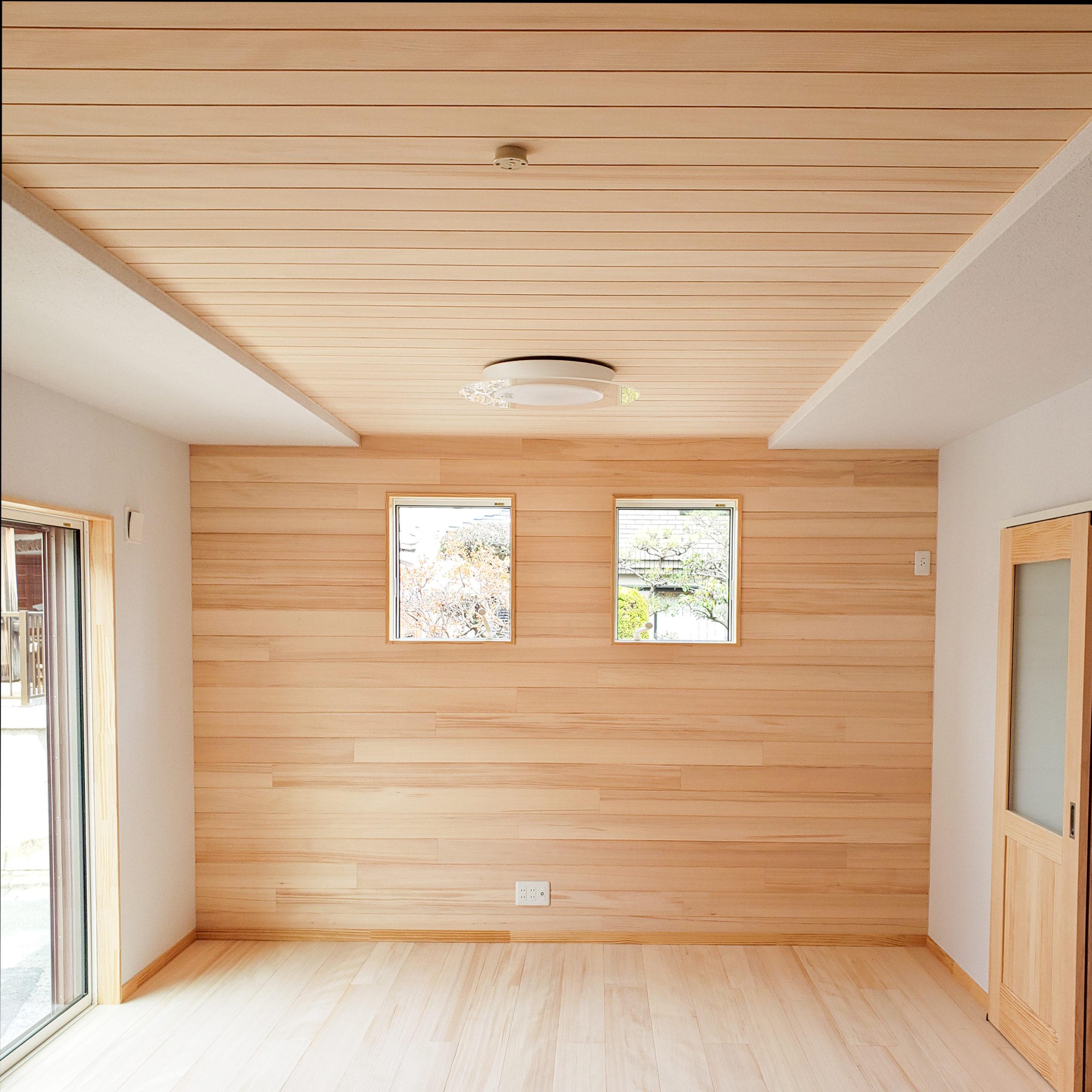 <p>テレビボードの背面は、もみの木の内装材を貼っています。</p> <p>天井や壁の一部にもみの木を貼ることによって、心安らぐ住まいとなります。</p>