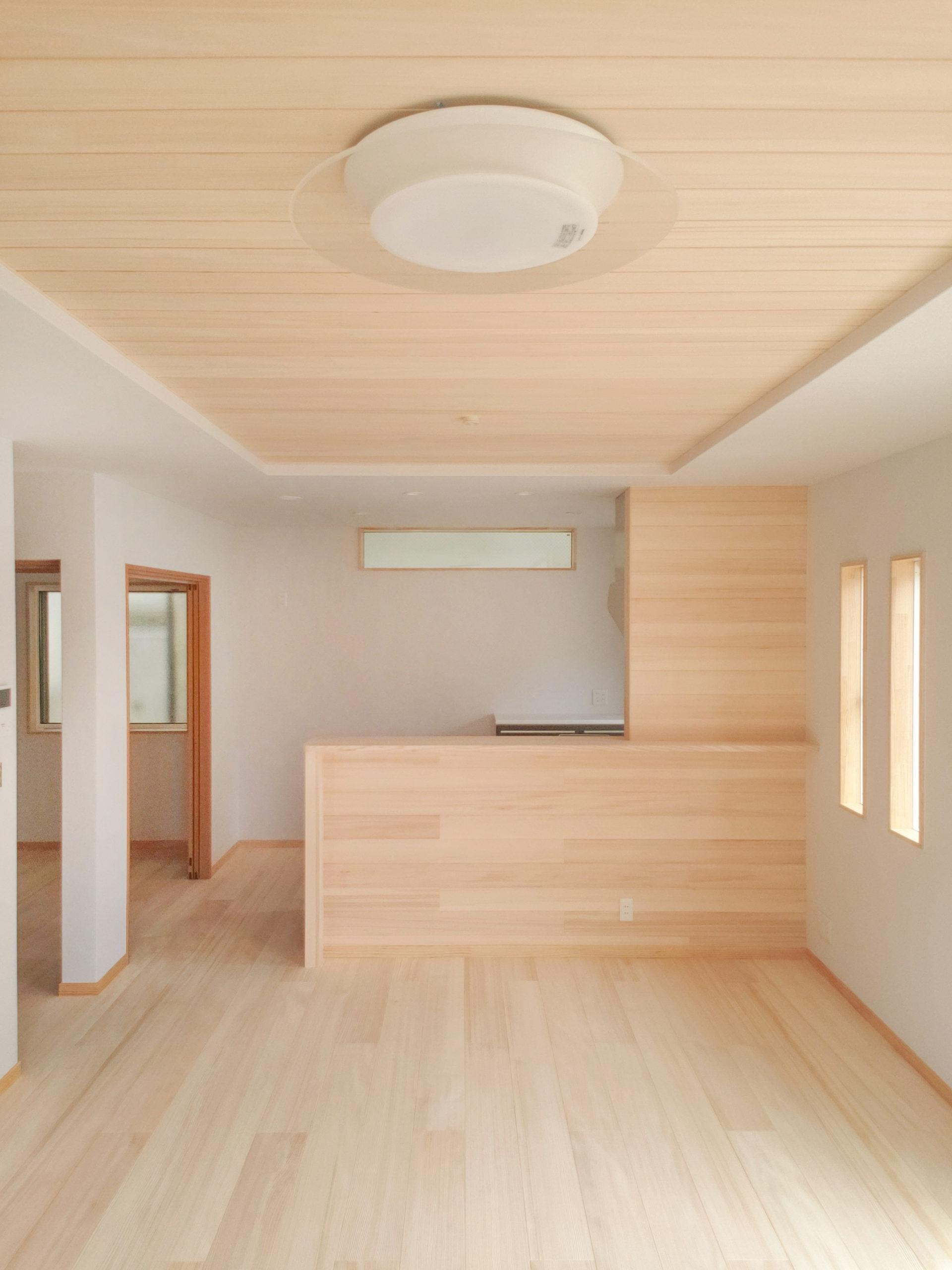 <p>内装材はドイツ製の壁紙。 ウッドチップと新聞再生紙で出来た環境にやさしい壁紙です。</p> <p>結露や壁の発生を抑えます。 汚れたら貼替ではなく、上から専用塗料で重ね塗りをします。</p> <p>もみの木の内装材は消臭、調湿してくれます。</p> <p>共に健康にも環境にも良い内装材で仕上げることで、心地よい空間になります。</p>