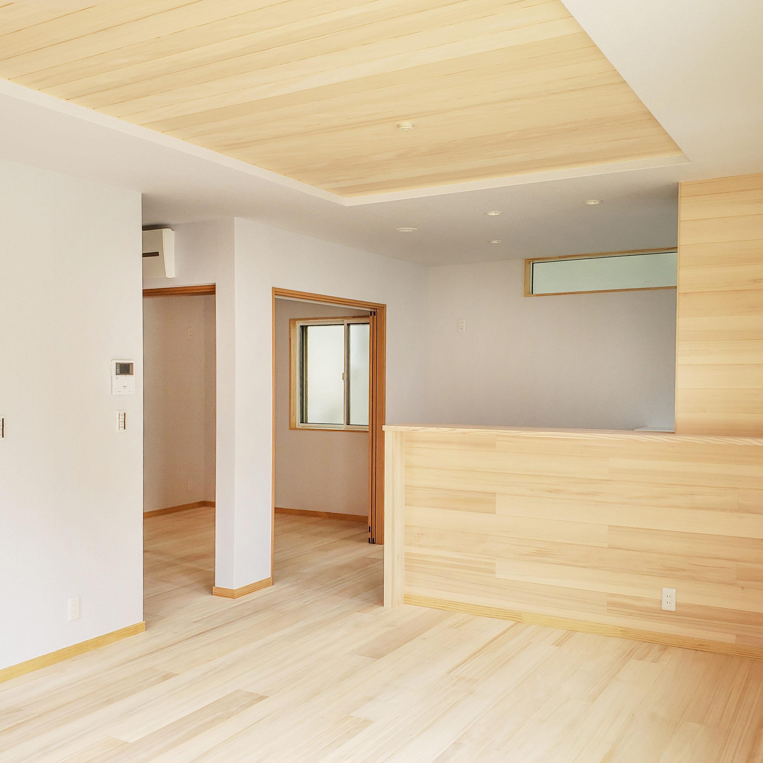 <p>キッチン横の部屋は予備室で、家事室としても利用でき、洗濯物も干せます。</p> <p>キッチンから、家族クローゼット~洗濯室にスルーできる家事がとても楽な住まいです。</p> <p>キッチン横からは外のサービスヤードにも出ることができす。</p> <p>家事は1階で完結できると、日々の生活がとても楽になりますよ。</p>
