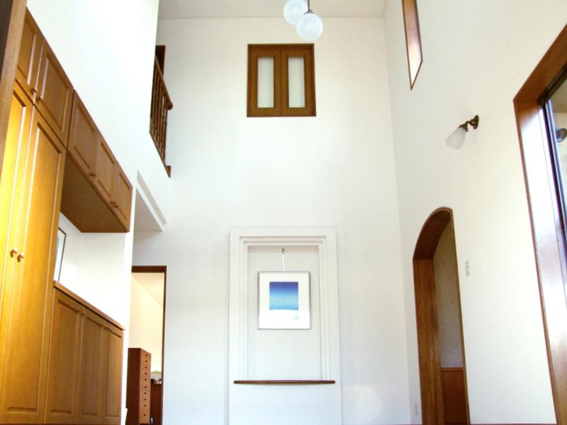 <p>玄関ドアを開けると、大きな吹き抜けホールです。<br />右の通路は離れの和室に続きます。</p>