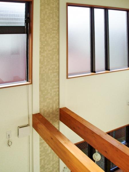 <p>吹き抜けの壁にはエコカラットをデザインに使っています。</p>