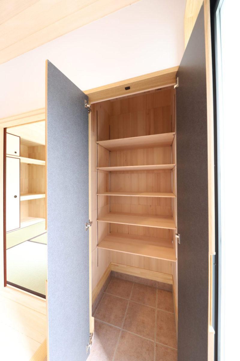 <p>玄関収納の中にもみの木を貼ることで、消臭効果とカビ予防になります。<br />棚ももみの木の棚です。</p>