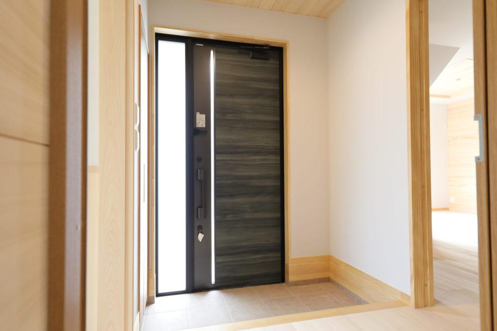 <p>モダンな玄関ドアも素敵です。</p>