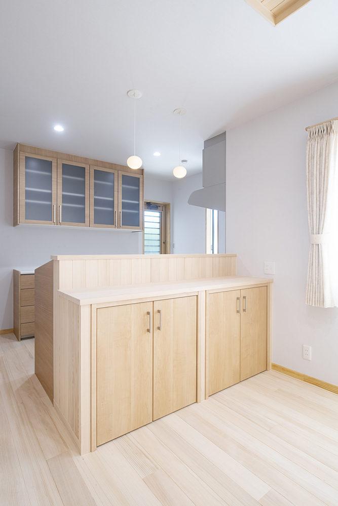 <p>対面キッチン反対側 内部は、ダイニングから使うものを収納できる可動棚になています。</p>