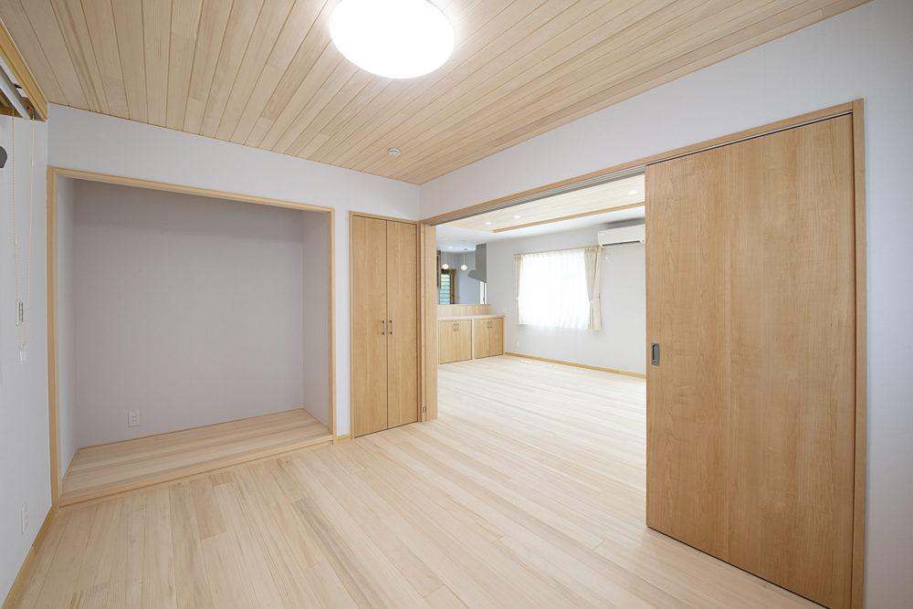 <p>仏間より、扉を開放すると広々とした空間に。 普段は開け放しにして生活していただけます。</p>