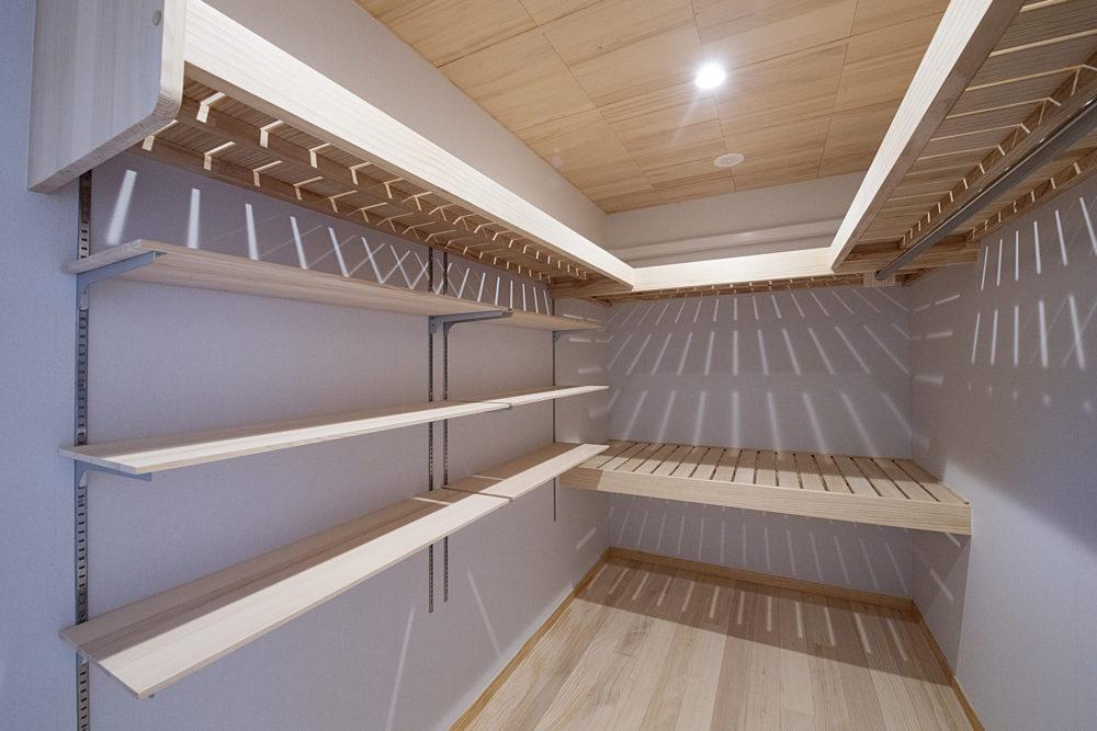 <p>寝室ウォークインクローゼット 深い棚は季節代わりのお布団の収納。可動棚とハンガーパイプも設置しています。 </p>
