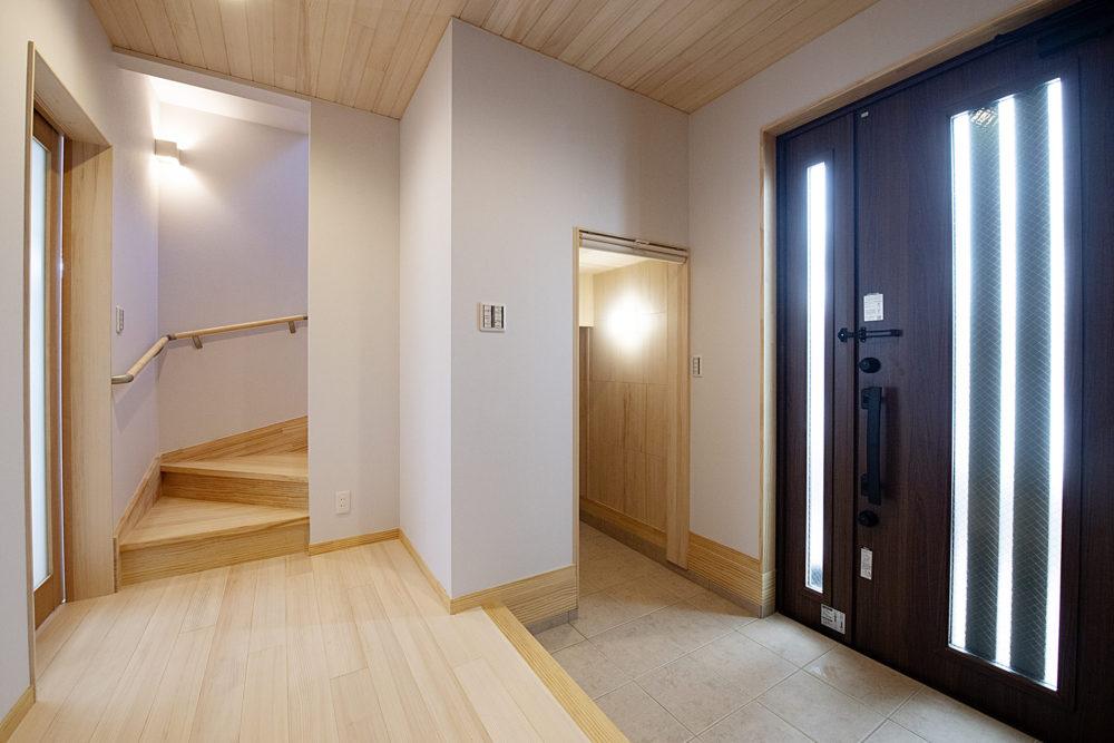 <p>階段下を利用したシューズクローク。 ロールカーテンを下げれば内部は見えません。 反対側に玄関収納があるので、階段下にはゴルフバックや、大きな物も収納できます。もみの木の内装材を使っていますので、嫌な臭いがしませんし、カビ予防になります。 </p>