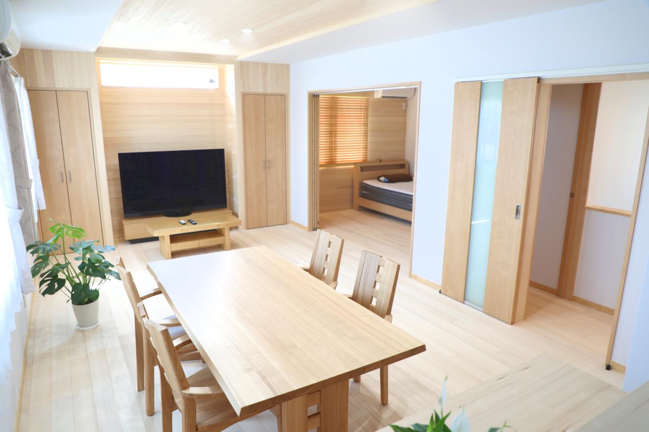 <p>2階 LDK<br />対面キッチン側から撮影。全体の色調を揃えた心地よい空間はお客様のセンス。</p>